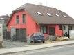 Rodinný dům fasáda s rámečky kolem oken s nátěry dřevěných prvků